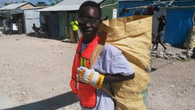 Un collecteur ramasse des déchets plastiques avant le passage de lOuragan Irma1. Photo LoopHai