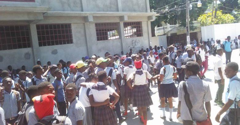 Des écoliers manifestants ferment des bureaux publics à Petit Goâve Crédit Guyto Mathieu