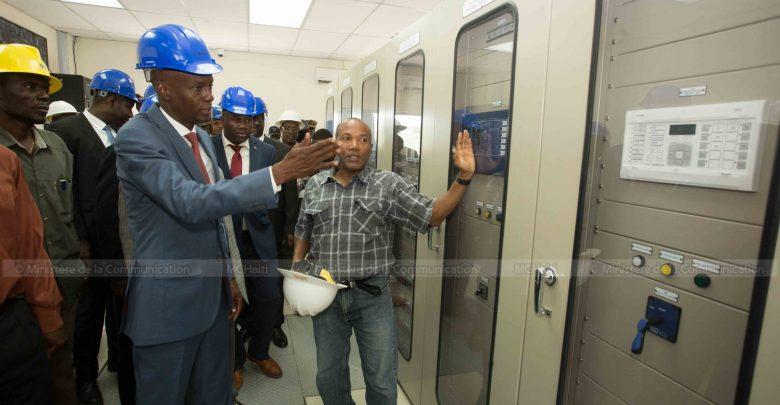 Le Président de la République Jovenel Moïse accompagné du directeur de l'électricité d'État d'Haïti EDH Hervé Pierre Louis