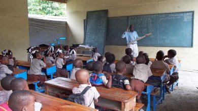 Un enseignant travaillant dans une salle de classe. Photo haitisupportgroup.org