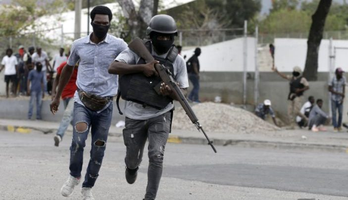 Off duty police officers run towards and armed clash with army soldiers